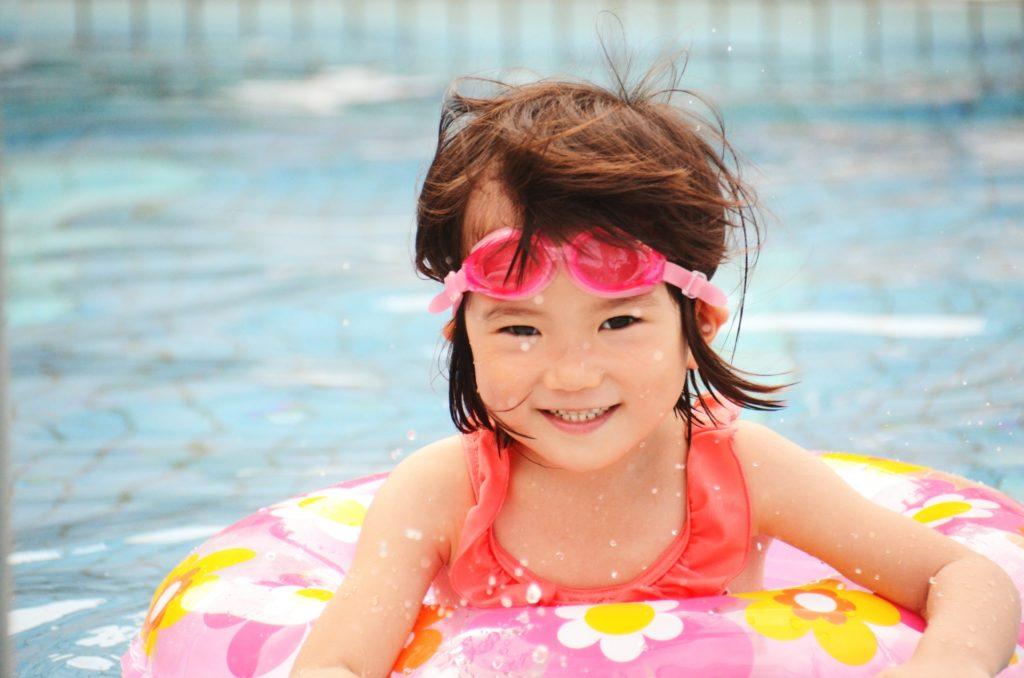 浮き輪で遊ぶ子供