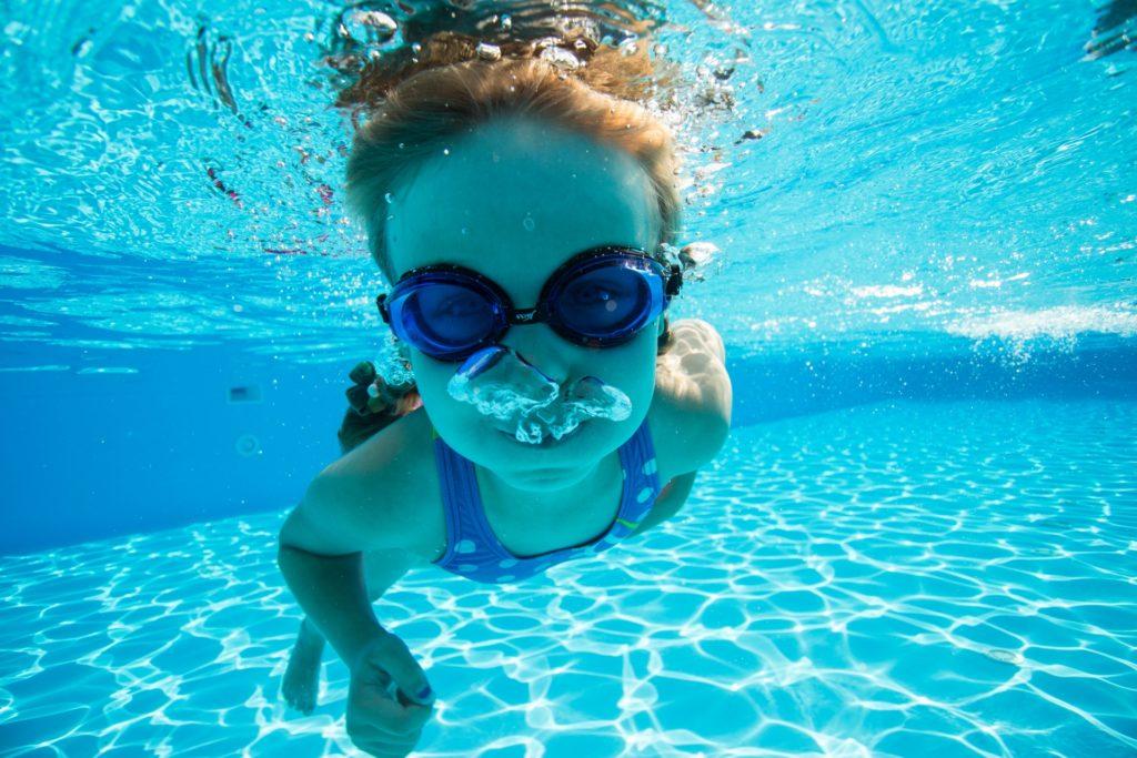プールで泳ぐ子供